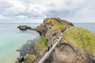 View of the Carrick a Rede Rope Bridge, Ballintoy, Ballycastle, County Antrim, Ulster, Northern Irelの写真素材 [FYI03784235]