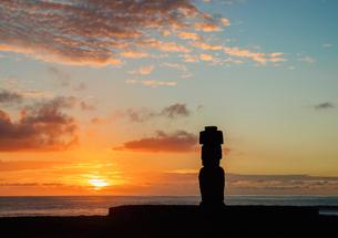Moai in Ahu Ko Te Riku at sunset, Tahai Archaeological Complex, Rapa Nui National Park, UNESCO Worldの写真素材 [FYI03784252]