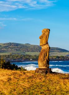 Moai in Ahu Hanga Kioe at sunrise, Rapa Nui National Park, UNESCO World Heritage Site, Easter Islandの写真素材 [FYI03784268]