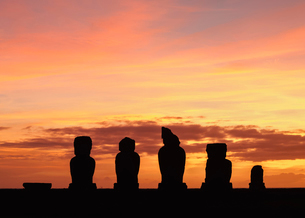Moais in Ahu Vai Uri at sunset, Tahai Archaeological Complex, Rapa Nui National Park, UNESCO World Hの写真素材 [FYI03784273]
