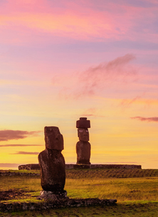 Moais in Tahai Archaeological Complex at sunset, Rapa Nui National Park, UNESCO World Heritage Site,の写真素材 [FYI03784274]
