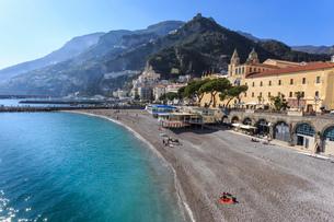 People on beach in spring sun, Amalfi, Costiera Amalfitana (Amalfi Coast), UNESCO World Heritage Sitの写真素材 [FYI03784321]