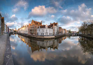 Pink clouds at dawn on the Belfry and historic buildings reflected in the typical canal, Bruges, Wesの写真素材 [FYI03784473]