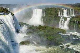 Rainbow over the Iguazu Falls, viewed from the Brazilian side, UNESCO World Heritage Site, Foz do Igの写真素材 [FYI03784497]