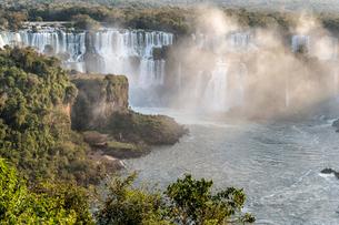 View of the Iguazu Falls from the Brazilian side, UNESCO World Heritage Site, Foz do Iguacu, Paranaの写真素材 [FYI03784500]