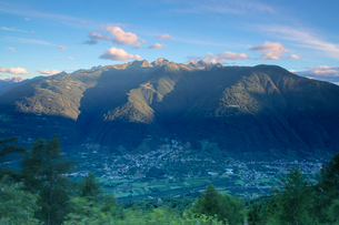Top view of the village of Bianzone framed by the rocky peaks of the Rhaetian Alps at dawn, Valtelliの写真素材 [FYI03784517]