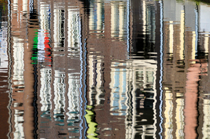 Abstract details of buildings reflected in a typical canal of the river Amstel, Amsterdam, Holland (の写真素材 [FYI03784545]