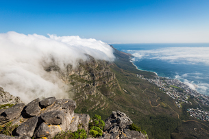 Table Mountain covered in a tablecloth of orographic clouds, Camps Bay below covered in low cloud, Cの写真素材 [FYI03784571]