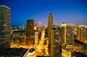 City skyline by night, Chicago, Illinois, United States of America, North Americaの写真素材 [FYI03784653]