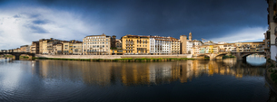 Florence panorama on the banks of the Arno River, Florence, Tuscany, Italy, Europeの写真素材 [FYI03784677]