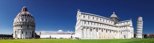 Panorama of Piazza dei Miracoli containing the Leaning Tower of Pisa, the Cathedral (Duomo) and Baptの写真素材 [FYI03784678]