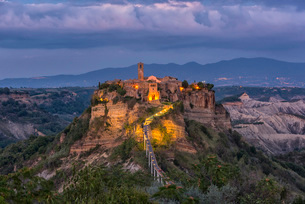Civita di Bagnoregio and surrounding badlands just after sunset, Lazio, Italy, Europeの写真素材 [FYI03784694]