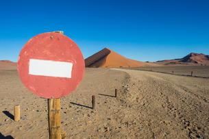 No passing sign in front of the giant sand Dune 45, Sossusvlei, Namib-Naukluft National Park, Namibiの写真素材 [FYI03784765]