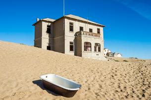 Bathtub standing in the desert, old diamond ghost town, Kolmanskop (Coleman's Hill), near Luderitz,の写真素材 [FYI03784771]