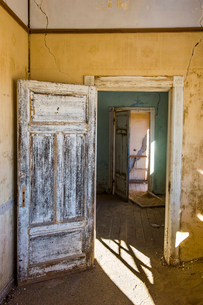 Interior of a colonial house, old diamond ghost town, Kolmanskop (Coleman's Hill), near Luderitz, Naの写真素材 [FYI03784772]