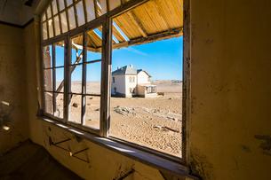 Window of an old colonial house, old diamond ghost town, Kolmanskop (Coleman's Hill), near Luderitz,の写真素材 [FYI03784773]
