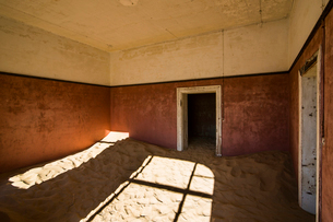 Sand in an old colonial house, old diamond ghost town, Kolmanskop (Coleman's Hill), near Luderitz, Nの写真素材 [FYI03784774]