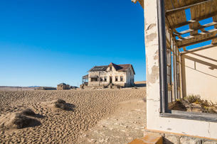 Colonial house, old diamond ghost town, Kolmanskop (Coleman's Hill), near Luderitz, Namibia, Africaの写真素材 [FYI03784775]