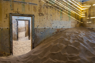 Sand in an old colonial house, old diamond ghost town,  Kolmanskop (Coleman's Hill), near Luderitz,の写真素材 [FYI03784777]