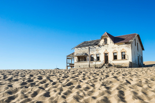 Colonial house, old diamond ghost town, Kolmanskop (Coleman's Hill), near Luderitz, Namibia, Africaの写真素材 [FYI03784779]