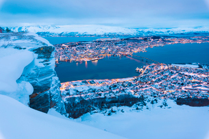 View of the city of Tromso at dusk from the mountain top reached by the Fjellheisen cable car, Tromsの写真素材 [FYI03784812]