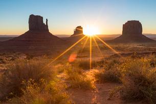 Sunrise at Monument Valley, Navajo Tribal Park, Arizona, United States of America, North Americaの写真素材 [FYI03784833]