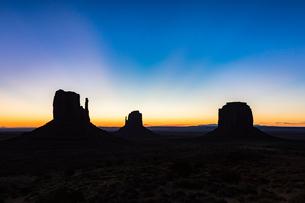 Monument Valley at dusk, Navajo Tribal Park, Arizona, United States of America, North Americaの写真素材 [FYI03784839]