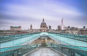 Blue sky over St. Paul's Cathedral and The Millennium Bridge, London, England, United Kingdom, Europの写真素材 [FYI03784842]
