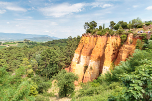 Tourists entering the Ochre trail and view of the ochre quarry, Roussillon, Vaucluse, Provence-Alpesの写真素材 [FYI03784855]