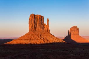 Monument Valley at sunset, Navajo Tribal Park, Arizona, United States of America, North Americaの写真素材 [FYI03784868]