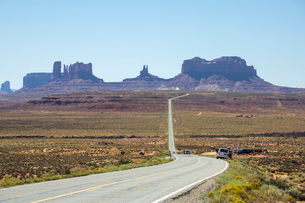 The road to Monument Valley, Navajo Tribal Park, Arizona, United States of America, North Americaの写真素材 [FYI03784876]