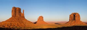 Monument Valley at sunset, Navajo Tribal Park, Arizona, United States of America, North Americaの写真素材 [FYI03784878]