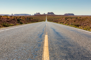 The road to Monument Valley, Navajo Tribal Park, Arizona, United States of America, North Americaの写真素材 [FYI03784882]