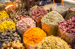 View of colourful and exotic spices, Spice Souk, Dubai, United Arab Emirates, Middle Eastの写真素材 [FYI03784889]