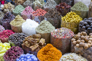 View of colourful and exotic spices, Spice Souk, Dubai, United Arab Emirates, Middle Eastの写真素材 [FYI03784902]