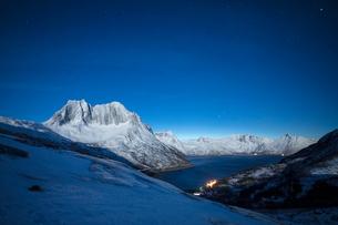 Stars of the polar night on the Senjahopen peak and frozen sea, Senja, Mefjordbotn, Troms county, Noの写真素材 [FYI03784912]