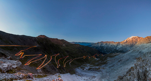 Panorama of lights of car trace at dusk, Stelvio Pass, Valtellina, Lombardy, Trentino Alto Adige, Itの写真素材 [FYI03784959]