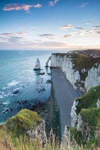Dawn at the chalk cliffs, Etretat, Normandy, France, Europeの写真素材 [FYI03784981]