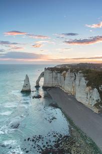 Dawn at the chalk cliffs, Etretat, Normandy, France, Europeの写真素材 [FYI03784990]