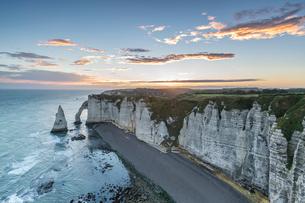 Dawn at the chalk cliffs, Etretat, Normandy, France, Europeの写真素材 [FYI03784994]