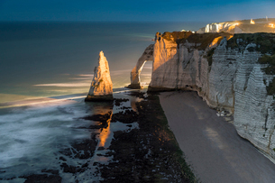 Long exposure at sunset of the chalk cliffs, Etretat, Normandy, France, Europeの写真素材 [FYI03785000]