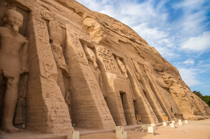 The small temple, dedicated to Nefertari and adorned with statues of the King and Queen, Abu Simbel,の写真素材 [FYI03785101]