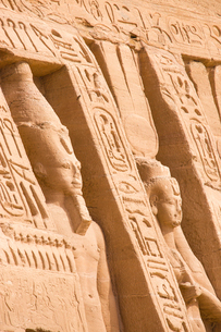 The small temple, dedicated to Nefertari and adorned with statues of the King and Queen, Abu Simbel,の写真素材 [FYI03785103]