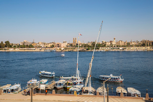 View of River Nile and Luxor Temple, Luxor, Egypt, North Africa, Africaの写真素材 [FYI03785176]