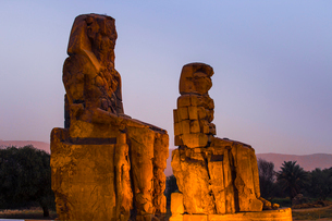 Colossi of Memnon, UNESCO World Heritage Site, West Bank, Luxor, Egypt, North Africa, Africaの写真素材 [FYI03785185]