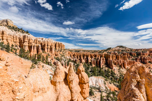 View of hoodoo formations from the Fairyland Trail in Bryce Canyon National Park, Utah, United Stateの写真素材 [FYI03785234]