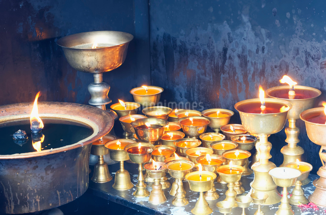 Votive candles, Boudhanath Stupa, UNESCO World Heritage Site, Kathmandu, Nepal, Asiaの写真素材 [FYI03785293]