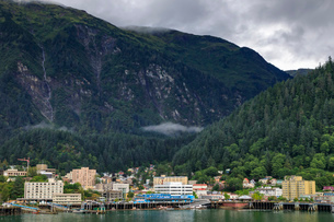 Juneau, State Capital, view from the sea, mist clears over downtown buildings, mountains, forest andの写真素材 [FYI03785344]