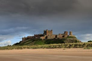 Bamburgh Castle and beach near Lindisfarne, Northumberland, England, United Kingdom, Europeの写真素材 [FYI03785389]