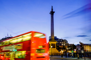 Red bus passing Nelson's Column in Trafalgar Square, London, England, United Kingdom, Europeの写真素材 [FYI03785395]